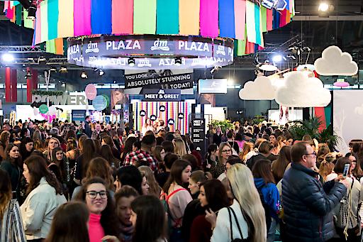 """https://www.apa-fotoservice.at/galerie/22223 """"Are you ready to GLOW?!"""" hieß es am 25. Jänner in der Messe Wien. Zum zweiten Mal öffnete die GLOW by dm ihre Tore. DIE Beauty-Convention des Jahres lockte 5.500 begeisterte Besucherinnen und Besucher an, die ihre Lieblings-Influencer und die trendigsten Marken hautnah erleben konnten."""