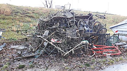 Fahrräder, Parkbänke und sogar ein Rollstuhl. Müll im Wiener Donaukanal.