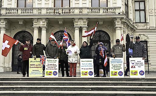 Delegation der ÖXIT-Plattform anläßlich des bevorstehenden Brexit vor dem legendären Balkon des Schlosses Belvedere, wo 1955 der österr. Staatsvertrag unterschrieben und damit die Freiheit Österreichs wiedererlangt wurde.