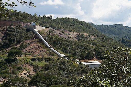 Guacamaya Samall Scale Hydropower: Dieses Projekt, ebenfalls nach Gold Standard® zertifiziert, unterstützt die Entwicklung kleiner Laufwasserkraftwerke in Mittelamerika, die vollkommen selbstständig von den Kommunen betrieben werden können.