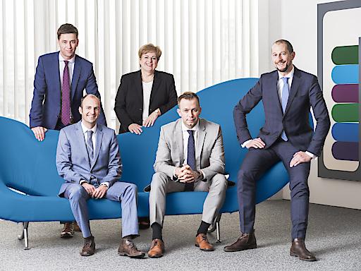 5 neue Partner für ICON - Das Bild zeigt die 5 neuen ICON-Partner gruppiert um ein Sofa