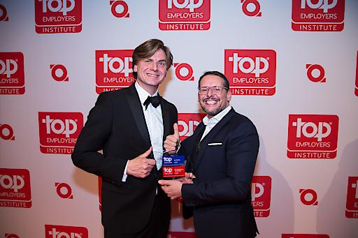 Hans Rottweiler, Board Member vom Top Employer Institute gratuliert Roland Rausch, Geschäftsführer von BAT Austria, zum 2. Platz