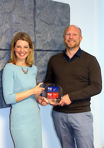 Marion Altinger (Head P&O Sandoz Commercial Operations Austria) und Dr. Andreas Eberhorn (Country Head Sandoz Austria) mit dem Top-Employer Award
