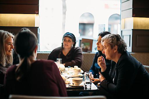 Kommunikation am Morgen in der LANDSTRASSE mit dem TEAM WERBUNG WIEN in der Fachgruppe Werbung und Marktkommunikation: Team Werbung Wien-Spitzenkandidatin Mag.a Ortrun Gauper (rechts im Bild)