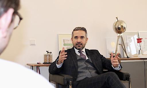 Rechtsanwalt Kazim Yilmaz freut sich für über den Erfolg seiner Mandantin, die one-A Gruppe.