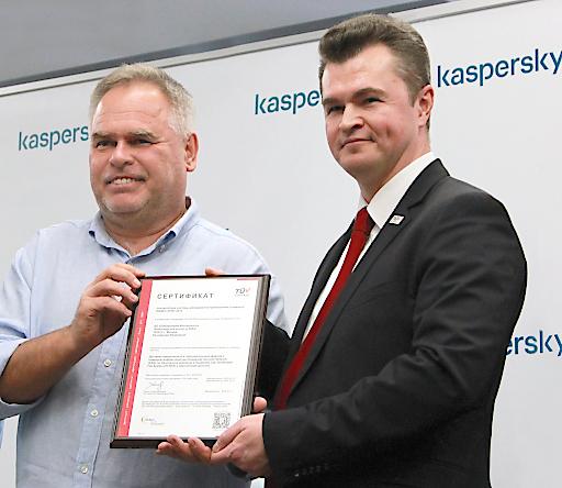 Die vom TÜV AUSTRIA ausgestellte Zertifizierung bestätigt, dass die Datensicherheitssysteme des Unternehmens, einschließlich des Kaspersky Security Network, den besten Praktiken der Branche entsprechen: (v.l.n.r.) Eugene Kaspersky (l), CEO Kaspersky, Dmitry Yartsev, Geschäftsführer TÜV AUSTRIA Standards & Compliance | tuvaustria.com/iso27001