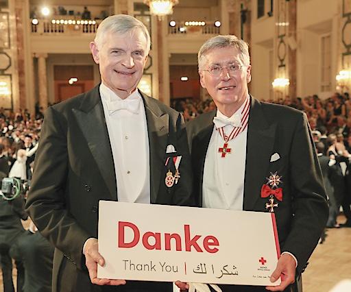 Reinhard Krepler, Präsident des Wiener Roten Kreuzes, übernimmt die Spende von Thomas Schäfer-Elmayer