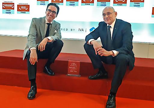 Werner Panhauser (l.), Vorstand für Vertrieb und Marketing und Alexander Neubauer, Leiter Partnervertrieb Österreich, nehmen den Preis für herausragende Serviceleistung entgegen