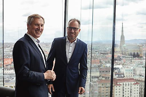 """Dr. Jörg Haas, Gründer der Scopevisio AG, und Dr. Rainer Haude, Geschäftsführer dvo Software, freuen sich auf die zukünftige Zusammenarbeit."""" (Fotocredit: David Pan / superberg.at)"""