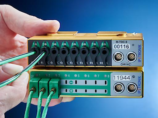 """Steckerlose Kontaktierung zwischen Messstelle und Modul / Vergleich der Thermomodule: M-TDC 8 (oben: Thermoleitung wird einfach in das Modul gesteckt) vs. M-THERMO2 (unten: Thermoleitung muss zunächst an Thermostecker angebracht werden, dies ist ein aufwendiger und zeitintensiver Vorgang) / Thermomodul M-TDC 8 ermöglicht erstmals steckerlose Kontaktierung zwischen Messstelle und Modul. Weiterer Text über ots und www.presseportal.de/nr/130668 / Die Verwendung dieses Bildes ist für redaktionelle Zwecke honorarfrei. Veröffentlichung bitte unter Quellenangabe: """"obs/IPETRONIK GmbH & Co. KG"""""""