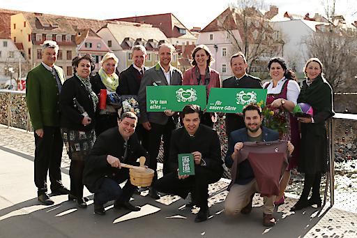 Tourismuslandesrätin Barbara Eibinger-Miedl und Erich Neuhold, GF Steiermark Tourismus, und die Regions-Geschäftsführer in Graz bei der Frühlings-/Sommerpressekonferenz.
