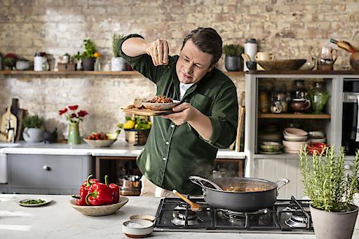 """Unter dem Namen """"iglo kocht mit Jamie Oliver"""" sind ab März 2020 exklusiv in Österreich sechs Tiefkühlgerichte des weltweit bekannten Kochs im Handel erhältlich."""
