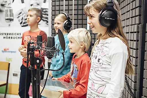 Kinder bei der Hörbuchaufnahme