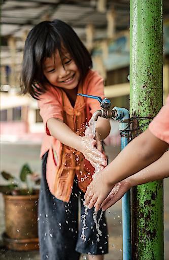 Im Waisenhaus Baan Doi in Thailand wird das richtige Händewaschen geübt.
