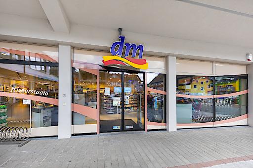 Seit 15. März sind die 171 Friseur- und 113 Kosmetikstudios sowie die gesunde pause Frischetheken von dm drogerie markt geschlossen.
