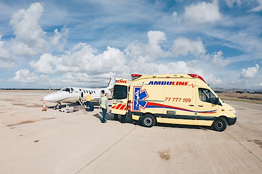 Paphos - Transport des Patienten angekommen beim Ambulanzflugzeug