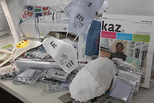 Freiwillige nähen seit Tagen bunten Atemschutz zur Unterstützung der Straßenzeitung kaz. Die Masken können bei VerkäuferInnen vor Kärntner Supermärkten oder per Post bezogen werden.