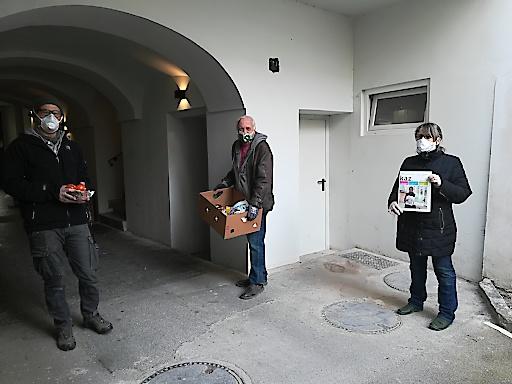"""Einen Teil der selbst gemachten bunten Masken verschenkt die kaz. auch an andere soziale Initiativen. Etwa an ihren Kooperationspartner """"Verein Together"""", der derzeit Gratis-Lebensmittelboxen an Bedürftige in Kärnten verteilt."""