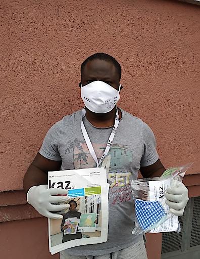 kaz.-Verkäufer Friday Edeh bietet derzeit in Klagenfurt Corona-Atemschutz an. Der Erlös der Spenden-Aktion soll dem sozialen Medium kaz. helfen, sein Überleben zu sichern.