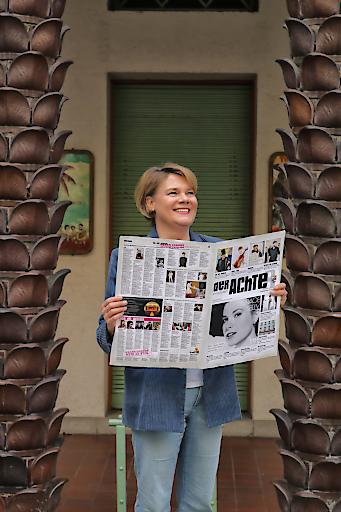 Elisabeth Hundstorfer mit der brandneuen großformatigen Lokalzeitung für die Wiener Joseftstadt!