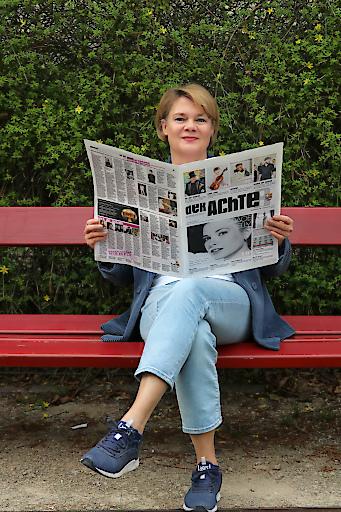 """Herausgeberin Elisabeth Hundstorfer mit der neuen Kulturzeitung """"der Achte""""."""