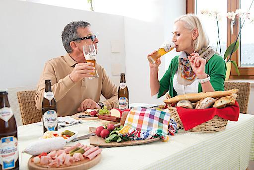 In den eigenen vier Wänden, gemütlich zur Jause ein Bier mit dem Partner trinken, ein genussvoller Biermoment.