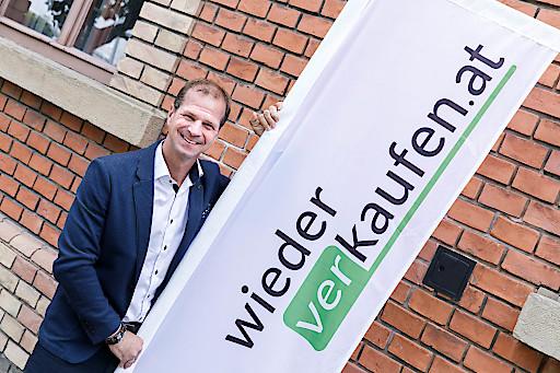 Rainer Patak mit wiederverkaufen.at Logofahne