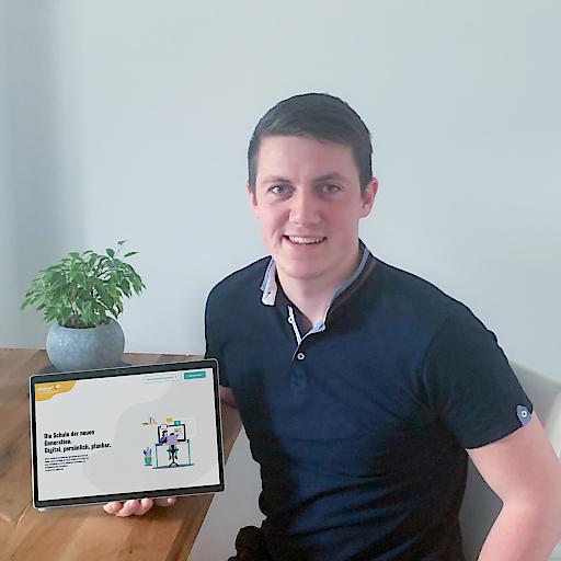 Valentin Koch, Co-Founder aus Linz mit diclaro am Tablet.