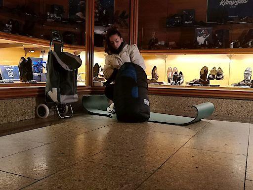 """Straße statt Highlife, Gosse statt Glamour: Elena Miras, Christian Lohse und Jens Hilpert wagen ein Sozialexperiment und leben 72 Stunden auf der Straße. Ohne fremde Hilfe und nur mit dem Nötigsten finden sie sich in einer fremden Stadt wieder und tauschen ihr Leben als Promi gegen die harte Realität. Wer hält das Experiment durch und wer bricht es frühzeitig ab? Ausstrahlung der Pilotfolge ist am Montag, 20. April 2020, um 20:15 Uhr bei RTLZWEI. Weiterer Text über ots und www.presseportal.de/nr/6605 / Die Verwendung dieses Bildes ist für redaktionelle Zwecke honorarfrei. Veröffentlichung bitte unter Quellenangabe: """"obs/RTLZWEI"""""""
