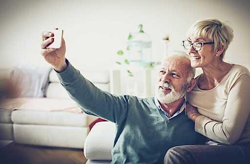 Mit einem fixfertig eingerichteten Smartphone können ältere Menschen die Isolation überbrücken,