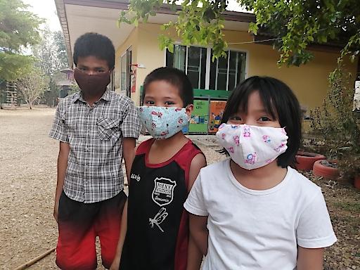 Kinder, die in großer Armut leben, müssen besonders vor dem Coronavirus geschützt werden. Im Waisenhaus Baan Doi in Thailand haben sie ihren Mund-Nasen-Schutz selbst genäht.