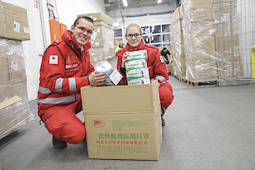 Österreich, Wien, März 2020: Das Österreichische Rote Kreuz übernimmt im Auftrag der Bundesregierung die Beschaffung von Gesundheitsmaterial und Schutzausrüstung, die teilweise aus dem Ausland eingeflogen wird...Bild: Rotkreuz-Mitarbeiter im Lager beim Einräumen und Auspacken der Ware.