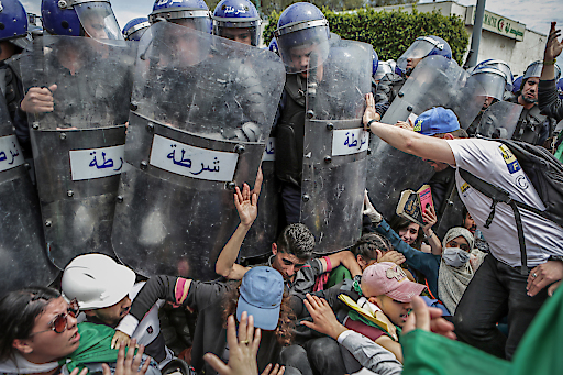 """World Press Photo 2020, Kategorie """"SPOT NEWS - FIRST PRIZE, SINGLES"""": Das Bild zeigt algerische Studenten, die während einer Demonstration gegen die Regierung mit der Bereitschaftspolizisten zusammenstoßen. Mit der Foto unter dem Titel """"Clash with the Police During an Anti-Government Demonstration"""" hat der dpa-Fotograf Farouk Batiche beim renommierten Wettbewerb World Press Photo 2020 den ersten Preis in der Kategorie """"Spot News Singles"""" gewonnen. Honorafreie Verwendung nur in Zusammenhang mit Nennung World Press Photo Awards. Weiterer Text über ots und www.presseportal.de/nr/8218 / Veröffentlichung bitte unter Quellenangabe: """"obs/dpa Deutsche Presse-Agentur GmbH/Farouk Batiche"""""""