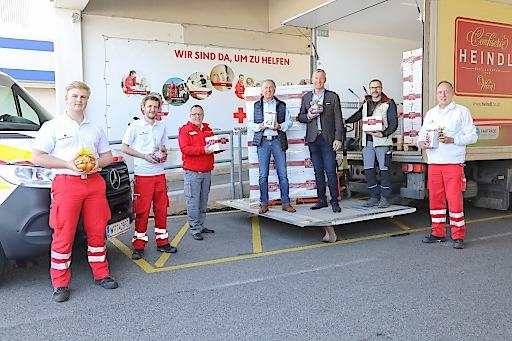 KR Walter Heindl und KR Andreas Heindl (4. u. 5. v. l.) bei der Übergabe der Oster-Waren an den Landesgeschäftsleiter-Stv. Robert Horacek (3.v.l.), Rotes Kreuz Wien.