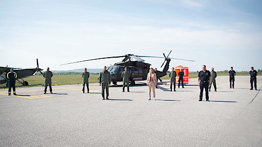 FBM Tanner bedankt sich bei Piloten und Feuerwehr am Fliegerhorst Brumowski / Langenlebarn am 17 04 2020