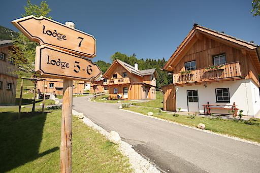 Außenansicht Hüttendorf AlpenParks Hagan Lodge Altaussee