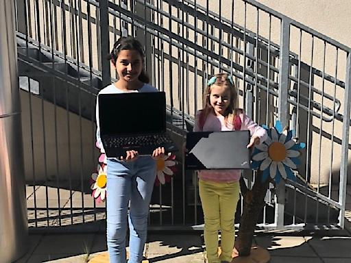 Kinder einer Wiener Volksschule freuen sich über die Laptopspende der Erste Bank