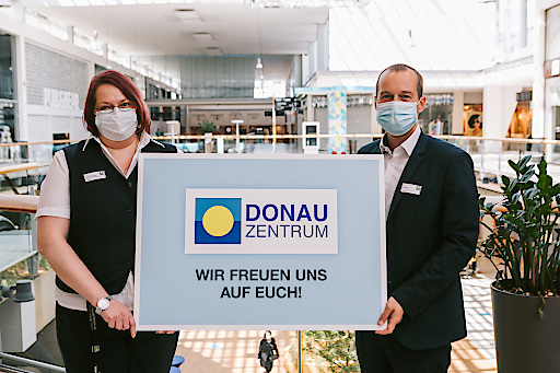 Rezeptionistin und Zsolt Juhasz, Center Manager des Donau Zentrums