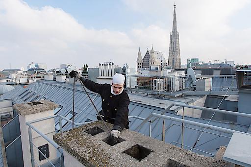 Mit ihrer Arbeit schützen die Rauchfangkehrer die Wiener Bevölkerung.