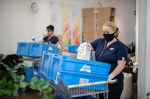 Bestellungen werden bei dm auch in ausgewählten Filialen versandfertig gepackt, um die Kapazitäten des Online Shops weiter zu erhöhen.