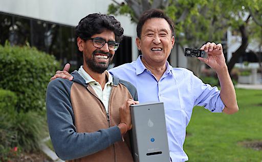 """Fluxergy kündigt Investition von $30 Millionen an, um die Produktionskapazität für das einstündige Point-of-Care-Diagnosetestsystem als Antwort auf COVID-19 zu erweitern / Fluxergy-Mitbegründer und Präsident Tej Patel (links) und Investor und Mitbegründer von Kingston Technologies, John Tu (rechts) mit dem Fluxergy-Analyzer und der Testkarte. Weiterer Text über ots und www.presseportal.de/nr/144416 / Die Verwendung dieses Bildes ist für redaktionelle Zwecke honorarfrei. Veröffentlichung bitte unter Quellenangabe: """"obs/Fluxergy"""""""
