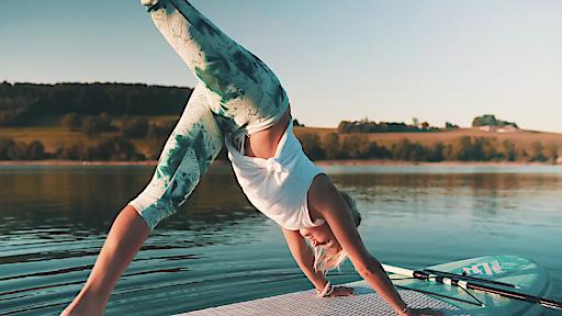 SUP Yoga am Mattsee mit Danique van Oosterhout -Close up dreibeiniger Hund