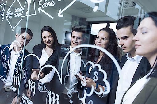 Eine Gruppe von Studierenden an der FH JOANNEUM.