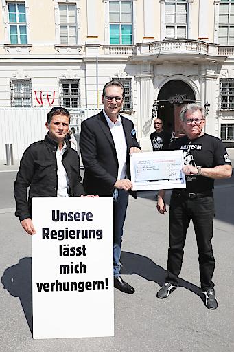 LAbg. Dietrich Kops (HC), HC Strache und Boxteambetreiber Theodor Böhm vor dem Bundeskanzleramt