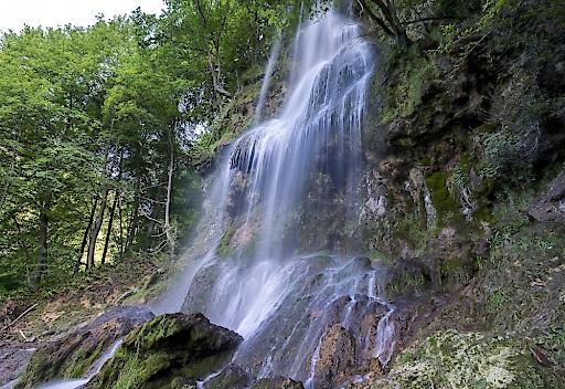 Durchatmen: Baden-Württemberg begeistert mit herrlichen Naturerlebnissen wie diesem Wasserfall in der Schwäbischen Alp (Credit: Gregor Lengler)