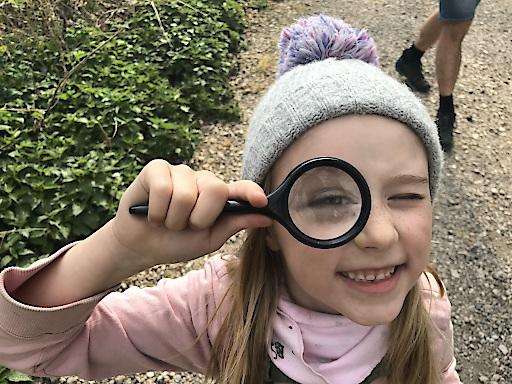 Junior-Forscherin Veronika geht bei Pop-up Science der Wissenschaft auf den Grund.