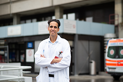 """Manfred Hecking ist Internist an der Medizinischen Universität Wien. Neben dem Renin-Angiotensin-System interessiert er sich für Flüssigkeitshaushalt, Diabetes nach Organtransplantation und geschlechtsspezifische Unterschiede von Menschen mit Niereninsuffizienz. Das aktuelle FWF-Akutprojekt """"COVID-19 und RAS-Blockade"""" ist seine zweite FWF-geförderte klinische Studie."""
