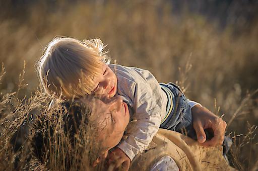 Vater und Sohn: Der UNICEF Erbrechner informiert online über die individuelle Erbsituation. © UNICEF