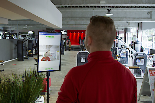 """At the Clever Fit gym entrance in Kaltenkirchen, customers and staff can make the contactless fever check by DERMALOG. Weiterer Text über ots und www.presseportal.de/nr/8896 / Die Verwendung dieses Bildes ist für redaktionelle Zwecke honorarfrei. Veröffentlichung bitte unter Quellenangabe: """"obs/DERMALOG Identification Systems GmbH"""""""