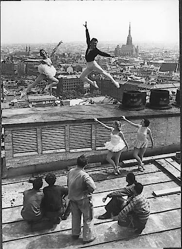 Eine unvergessene Gleichenfeier am 19. Juli 1954: Hoch hinaus tanzte das Staatsopernballett auf dem noch unfertigen Dach des Ringturms.